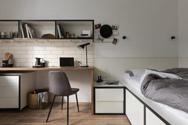 Ngôi nhà nhỏ chỉ có một phòng duy nhất và tất cả được thiết kế chung trong cùng một không gian mở. Phía ngoài cùng là khu vực bếp và chậu rửa, không gian bên trong lần lượt là bàn làm việc và giường ngủ.
