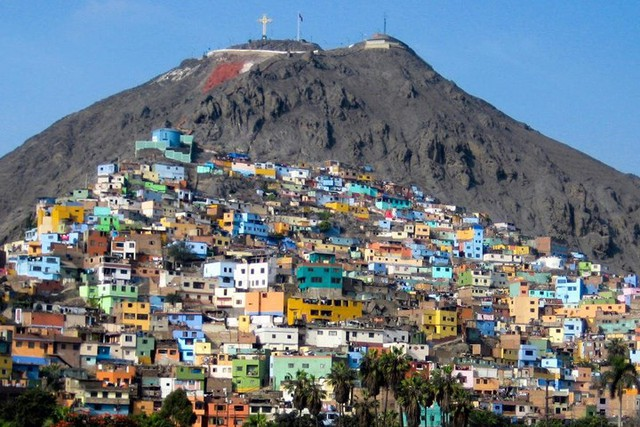 Lima, Peru, những ngôi nhà xây dựng trên những ngọn đồi có màu sắc đẹp như tranh vẽ.