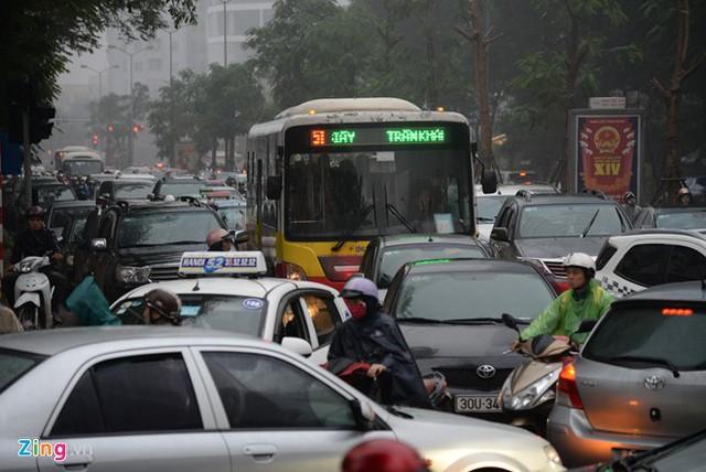 Đường phố Hà Nội ùn tắc trong mưa mù, trời tối sầm - ảnh 8