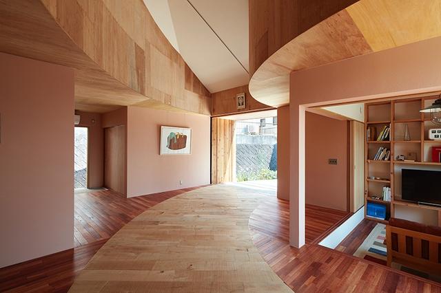 Tuy chỉ 1 tầng nhưng ngôi nhà có đầy đủ các không gian chức năng thoáng sáng. Ngay lối vào là không gian phòng khách, khu vực văn phòng và sâu bên trong là bếp, phòng ngủ và nhà tắm.