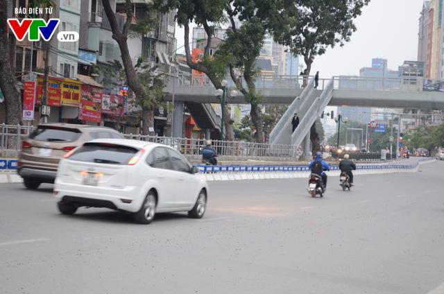 Bắt đầu lắp dải phân cách ưu tiên buýt nhanh ở Hà Nội - Ảnh 7.