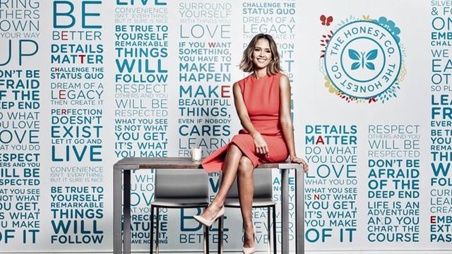 Sau 3 năm nỗ lực tìm kiếm đối tác cùng thành lập doanh nghiệp, đến năm 2011, nữ ngôi sao điện ảnh Hollywood cho ra đời công ty The Honest dưới sự đồng sáng lập của 3 cộng sự khác là Brian Lee, Sean Kane, và Christopher Gavigan. Ảnh: Forbes.
