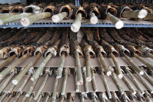 Vào ngày này, tại tiệm cá lóc nướng Cúc bụi bán từ 300 – 500 con cá lóc nướng.