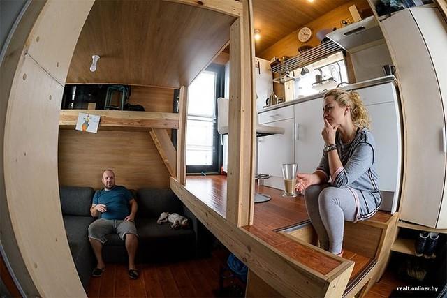 Ngôi nhà tuy nhỏ nhưng có đầy đủ các khu vực chức năng: phòng khách, bếp, chỗ ngủ, khu vệ sinh…