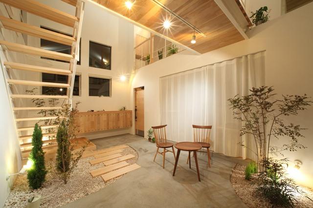 Những khu vườn nhỏ được rải sỏi trắng kết hợp với cây bụi giúp những người sống bên trong ngôi nhà luôn cảm nhận được sự gần gũi với thiên nhiên dù ở bất cứ nơi đâu trong nhà.