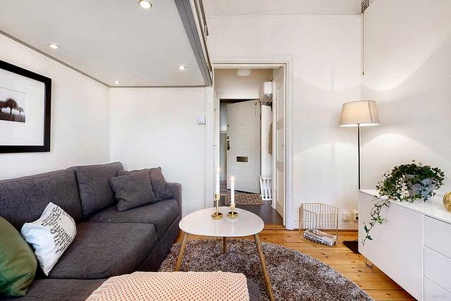 Những vị khách vào nhà nếu không để ý sẽ chẳng ai có thể nhận ra rằng phía bên trên mảnh trần với những bóng đèn điện ốp trần nơi phòng khách lại là góc nghỉ ngơi lý tưởng của chủ nhà.
