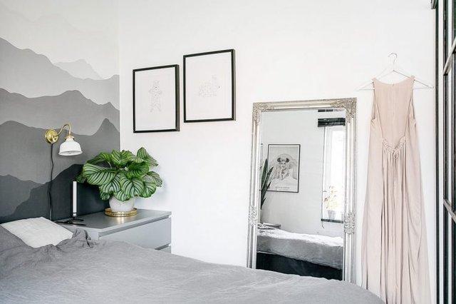 Đầu giường ngủ tạo ấn tượng với bức tranh núi non trùng điệp làm tăng chiều sâu cho căn phòng.