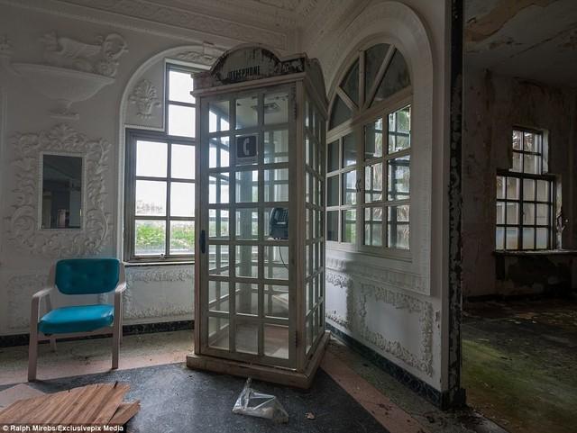 Bốt điện thoại đặt ở góc phòng, tạo thành một chi tiết kiến trúc độc đáo. Do không thu đủ kinh phí để duy trì hoạt động, khách sạn đóng cửa năm 2006.