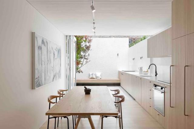 Nhờ thiết kế thông minh mà tất cả các không gian trong nhà rất ít khi phải dùng đến ánh sáng điện. Cũng nhờ vậy mà chủ nhà có thể tiết kiệm được khoản kha khá chi phí tiêu thụ điện năng.