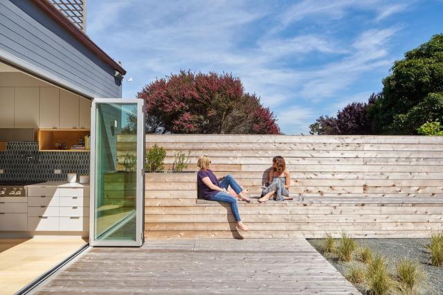 """Dọc một bên bức tường là những chiếc """"ghế băng dài bất tận"""" bằng gỗ để chủ nhà và khách có thể ngồi, nằm, thậm chí là đi quanh khu vườn nhỏ vừa ngắm cảnh vừa nói chuyện."""