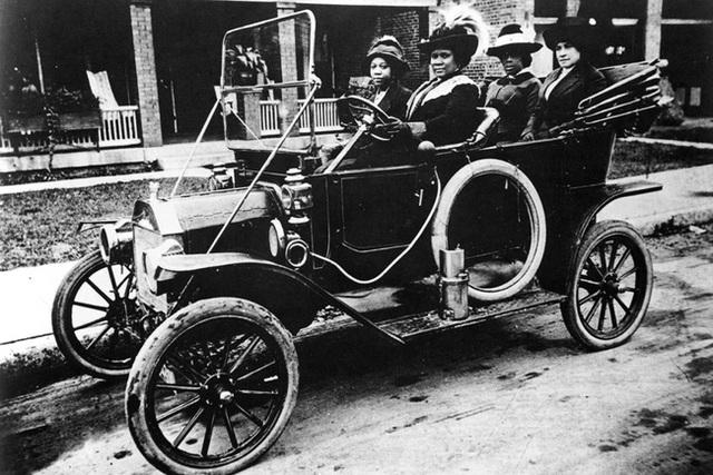 Sarah Breedlove là người cầm lái trong bức ảnh.