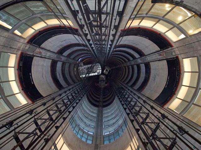 Đường đi của thang máy thủy lực vận chuyển siêu xe lên các căn hộ.