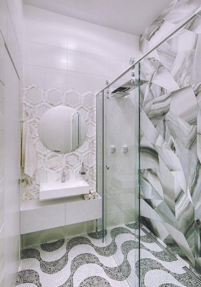 Nhà vệ sinh tuy nhỏ nhưng vô cùng lạ mắt với lối thiết kế phá cách của sàn nhà và tường.