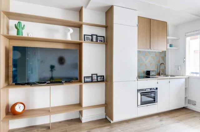Góc đối diện phòng khách là khu vực nấu ăn. Không gian nơi đây tuy nhỏ nhưng được thiết kế gọn gàng, ngăn nắp.