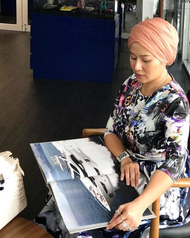 Ảnh: Một nữ doanh nhân Malaysia đeo chiếc RM 16 vàng trắng kim cương trắng cùng nhiều trang sức khác, trị giá khoảng 4,5 tỷ đồng.
