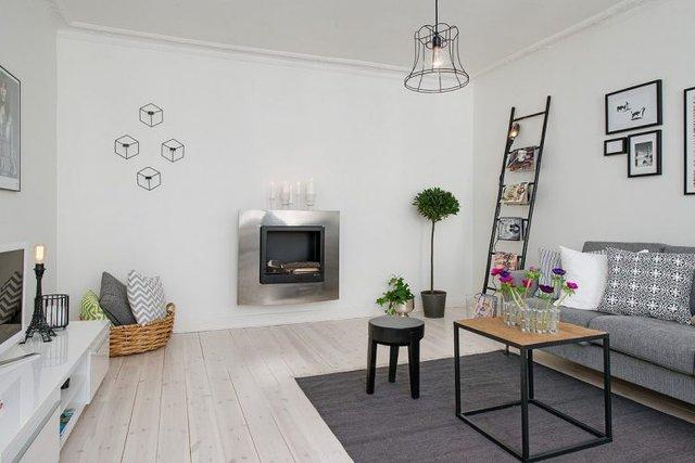 Toàn bộ tường nhà được sơn trắng và lát sàn gỗ tự nhiên khiến không gian rộng thoáng và đồng nhất.