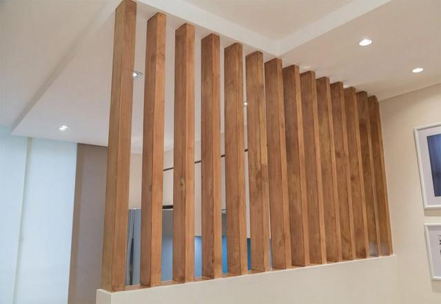 Hệ lam gỗ là nơi duy nhất phân chia không gian giữa phòng khách và bếp ăn.