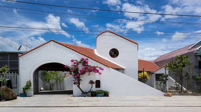 Lối vào nhà được thiết kế đặc biệt với mái vòm rộng. Đây là một nét đặc trưng trong phong cách Địa Trung Hải giúp căn nhà trở nên mềm mại, sáng sủa hơn.