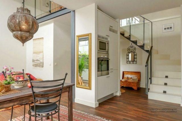 Khu vực bếp và phòng khách được bố trí trong cùng một không gian mở rộng thoáng có tầm nhìn tuyệt đẹp ra khu vườn.