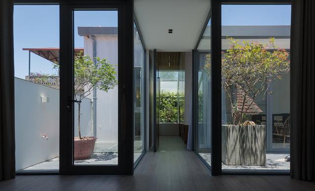 Sau khi cải tạo ngôi nhà có nhiều không gian xanh xen kẽ để tạo sự thoáng đãng. Phần mái nhà cũng được xử lý kĩ bằng cách gia cố từ chính phần mái nhà cũ. Các không gian trong nhà đều rất đủ sáng, tiện nghi.