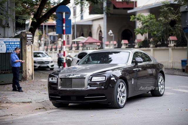 Không như chiếc xe Rolls-Royce Wraith được nhập khẩu chính hãng, chiếc xe này không có đường kẻ coachline đặc trưng của gia đình RR.