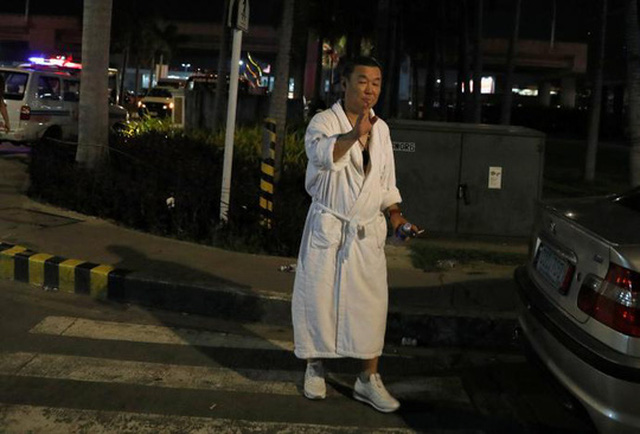 Một du khách trong khách sạn chạy ra ngoài sau vụ nổ súng. Ảnh: Reuters