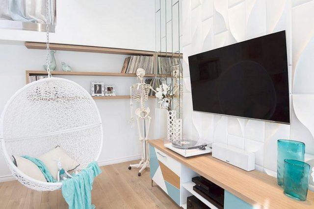 Chiếc ti vi màn hình lớn được treo cố định vào tường để tiết kiệm tối đa diện tích.