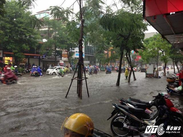Mưa ngập trên phố Thái Hà.