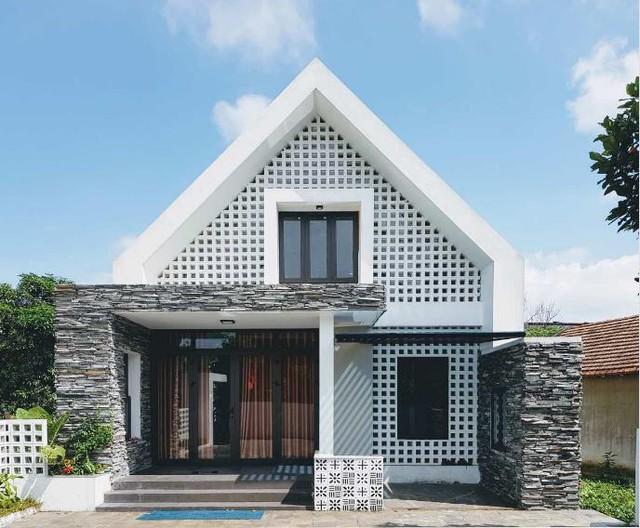 Mặt tiền của ngôi nhà được đá xẻ và gạch thông gió vô cùng lạ mắt.