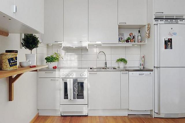 Khoảng không gian rộng rãi, dành cho bếp nấu và khu vực ăn uống được đặt cạnh phòng khách. Không gian nơi đây cũng được thiết kế với hầu hết nội thất mang tông màu trắng chủ đạo giúp ngôi nhà trở nên rộng rãi hơn.