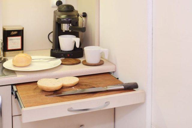 Góc bên cạnh là khu vực dành riêng cho nấu ăn với chiếc bàn bếp thông minh có thể cất gọn gàng sau khi không cần sử dụng.