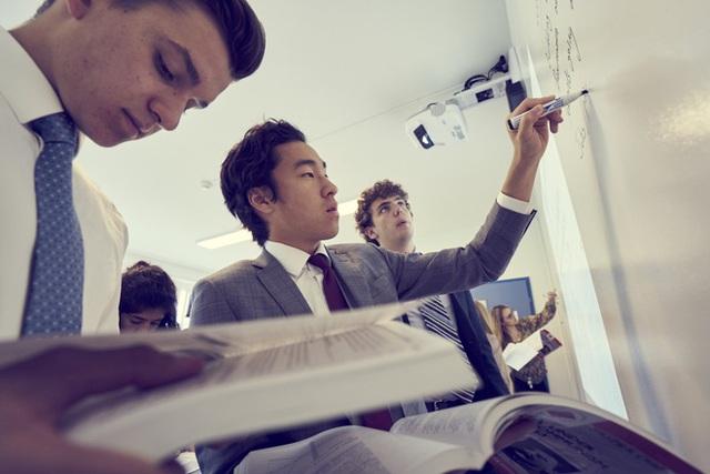 Học sinh của trường đến từ rất nhiều quốc gia trên thế giới và theo học bằng chương trình song ngữ.