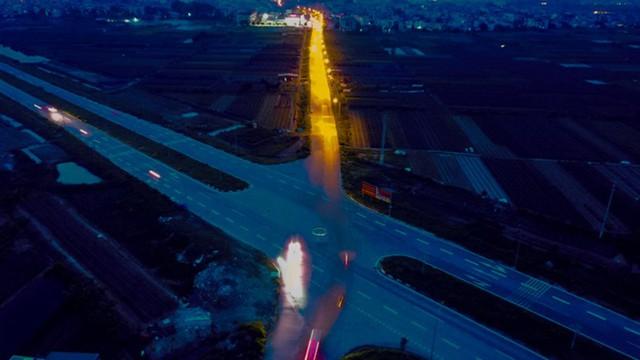 Trong khi đó, đoạn đường cắt ngang tuyến đường nghìn tỷ này lại có đèn chiếu sáng kéo dài từ đoạn nối vào tận trong làng.