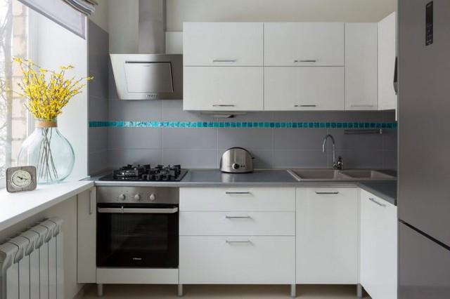 Góc bếp nhỏ cũng được tô điểm nổi bật bởi gam màu lam giúp không gian nấu nướng thêm phần dịu dàng và mát mẻ.