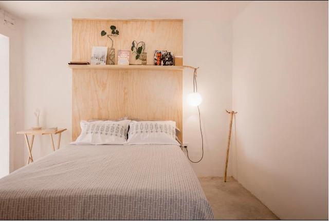 Không gian nghỉ ngơi của cặp vợ chồng trẻ được thiết kế khá đơn gianrchir với môt chiếc giường và kệ trang trí đầu giường.