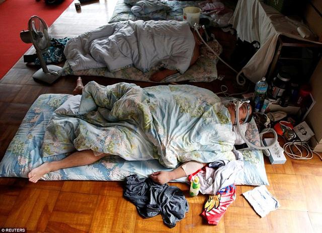 Sau đó, họ sẽ ngủ khoảng vài giờ; những vận động viên sumo phải mang mặt nạ dưỡng khí trong lúc đang ngủ.