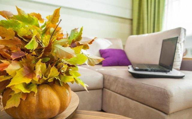 Góc tiếp khách được thiết kế khéo léo với bộ sofa rộng thoải mái có thể ngồi hoặc nằm rất tiện lợi cho chủ nhà.