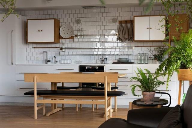 Hệ thống tủ kệ nơi bếp ăn được thiết kế với rất nhiều ngăn kéo thỏa mãn nhu cầu trữ đồ của chủ nhà.