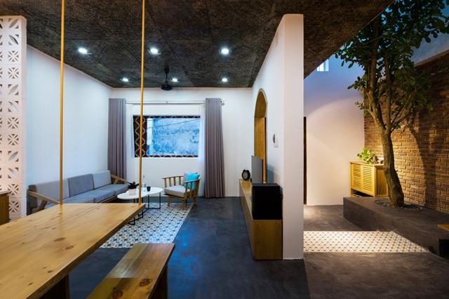 Phòng khách được thiết kế đơn giản, thoáng sáng cạnh cửa sổ.