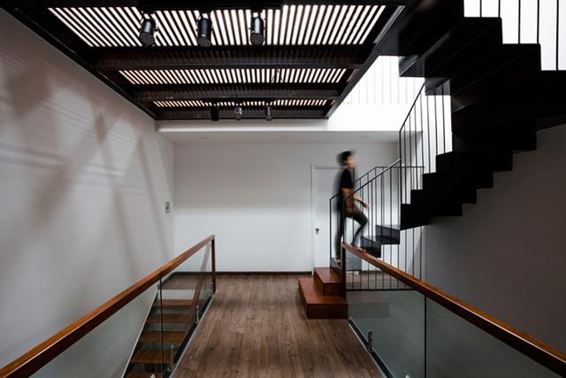 Thay bằng đổ trần bê tông, sàn nhà tầng 3 lại được làm bằng hệ lam gỗ chắc chắn giúp nắng gió có thể xuyên qua vào mọi ngõ ngách từ tầng 2 xuống tầng 1 của ngôi nhà.