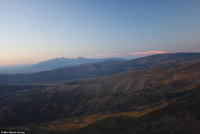 Thiên nhiên nguyên sơ có núi non hùng vĩ.