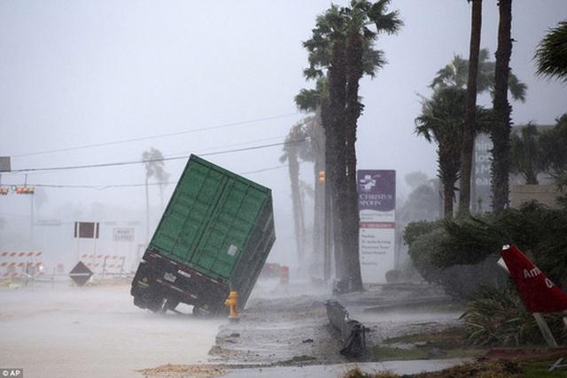 Chiếc xe tải gồng mình chống chịu trong cơn bão tại TP Corpus Christi. Ảnh: AP