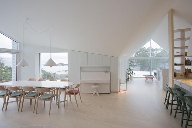 Nhà bếp hiện đại màu trắng thiết kế theo phong cách Scandinavian hài hòa. Khu vực bàn ăn rộng thoáng có view nhìn ra biển tuyệt đẹp.
