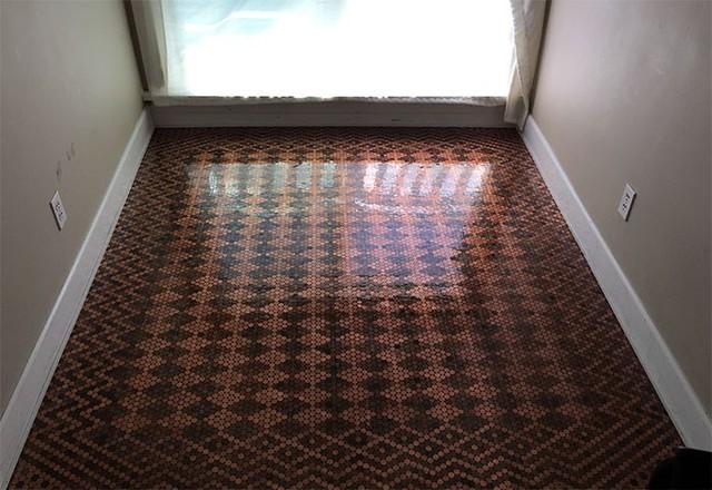Ý tưởng lát toàn bộ sàn nhà bằng tiền xu thay vì gạch hay gỗ như thông thường khiến không gian trở nên sang trọng và đẹp mắt.