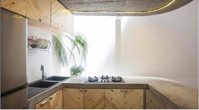 Từ nền nhà, kệ bếp đều được láng bằng xi măng. Thậm chí trần nhà cũng để nguyên bê tông thô mang lại sự gần gũi, đơn giản mà vô cùng thoải mái cho bất kỳ ai bước chân vào không gian này.