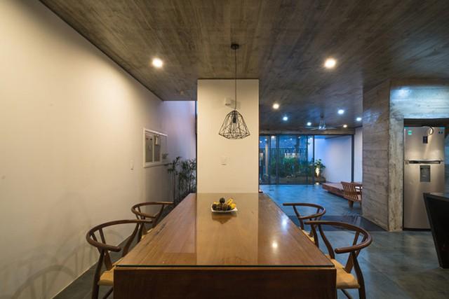 Không gian bếp và bàn ăn rộng thoáng được bố trí bên trong.
