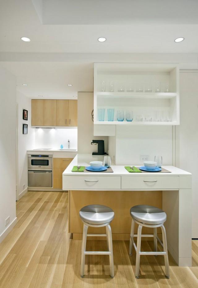 Khu vực bếp và bàn ăn tuy nhỏ nhưng được thiết kế khá thuận tiện với hệ thống tủ kệ đa năng.