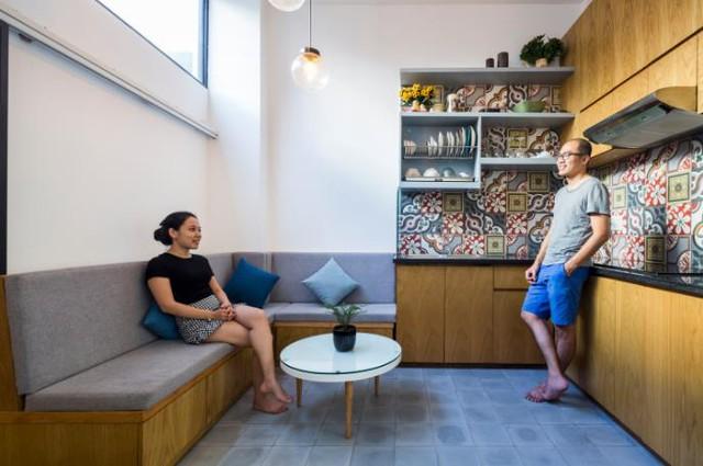 Từ lối vào một bên được bố trí với bếp và góc tiếp khách rộng rãi.