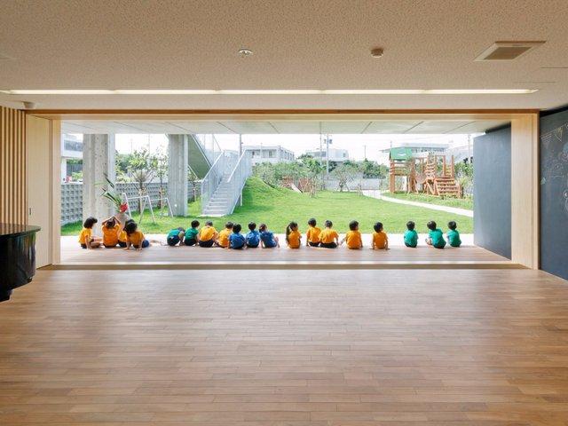 Một ngôi trường mầm non khác của Nhật Bản mang tên Hanazono với không gian vô cùng mở, hòa hợp với thiên nhiên. Ngôi trường được xây dựng để chống lại nguy cơ từ thiên tai bão lũ, nhưng đảm bảo hệ thống thông gió thoáng đãng.
