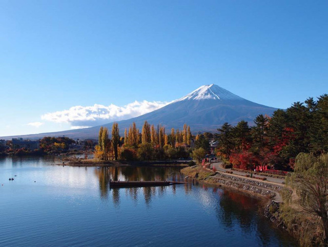 7. Ngũ Hồ núi Phú Sĩ. Một điểm đến khác nằm tại Tokup là Ngũ Hồ núi Phú Sĩ, nơi có khung cảnh ngoạn mục của núi Phú Sĩ từ bên bờ Hồ Kawaguchiko. Tham quan từ cuối tháng Mười cho đến giữa tháng Mười Một là thời gian tốt nhất để thưởng ngoạn màu sắc mùa thu.